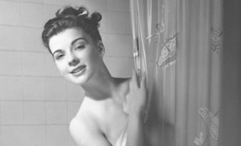 Photo vintage d'une femme derrière son rideau de douche