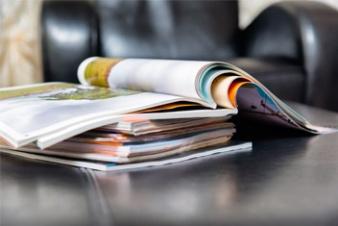 Une pile de magazines et de journaux