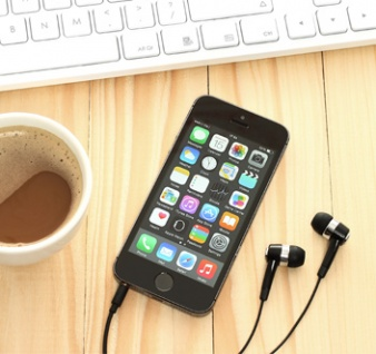 Un smartphone posé à côté d'un clavier