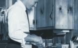 Homme qui cuisine à la maison
