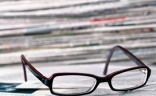 Des coupures de presse et une paire de lunettes