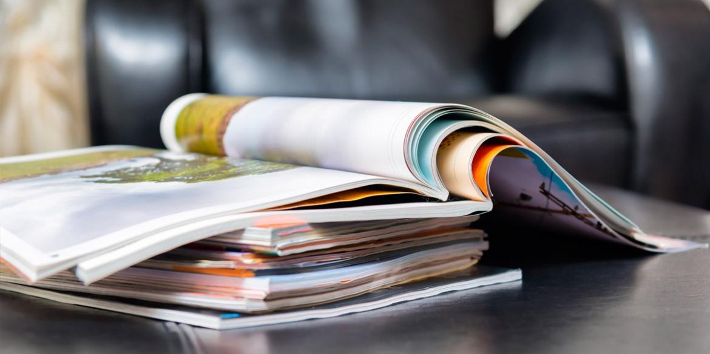 Une pile de magazines et de journeaux
