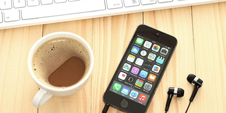 Un smartphone posé à côté du clavier
