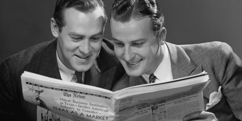 Photo vintage de deux hommes lisant le journal
