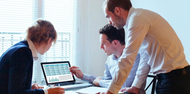 Une équipe travaillant sur les contenus web d'un site internet