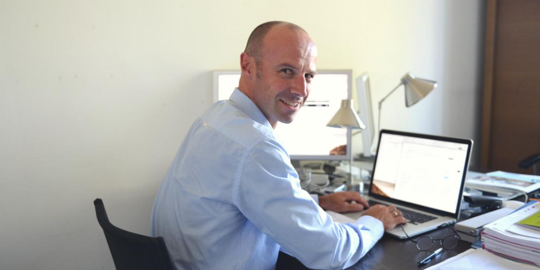 Yannick Cléarc'h concepteur-rédacteur dans son bureau à l'agence B17 Communication à Nantes